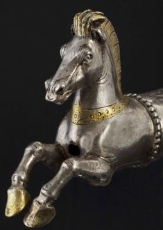 silberne-pferdeskulptur